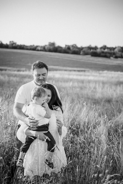 raissa simon fotografie familienshooting wiese sonnenuntergang augsburg 018 - Viktoria, Sascha + Raffael