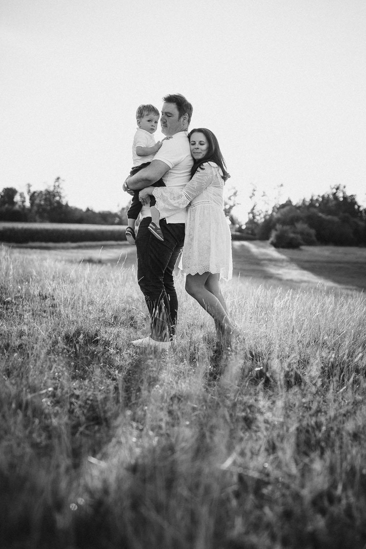 raissa simon fotografie familienshooting wiese sonnenuntergang augsburg 028 - Viktoria, Sascha + Raffael