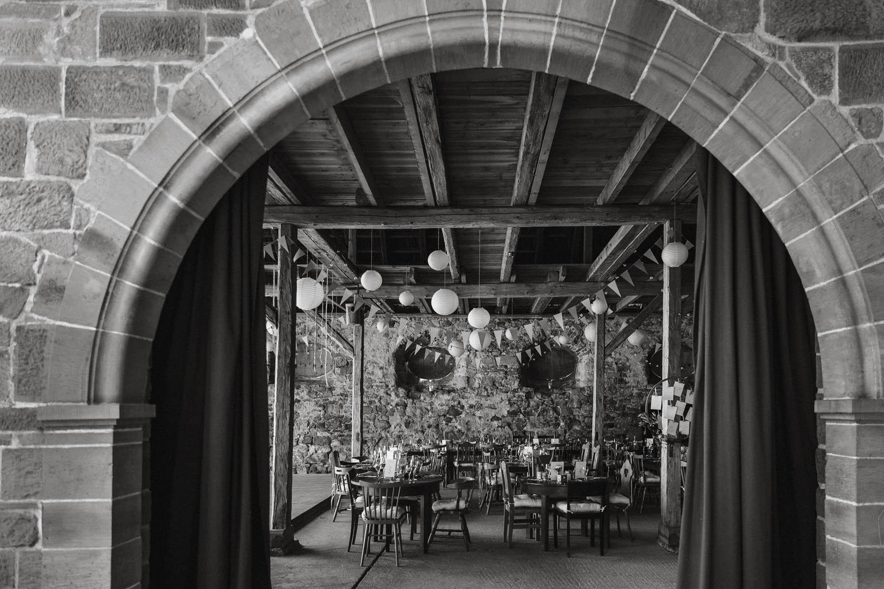 Boho Hochzeitsdeko in der Scheune des Wasserschloss Kleinbardorf in Unterfranken | Raissa + Simon Fotografie