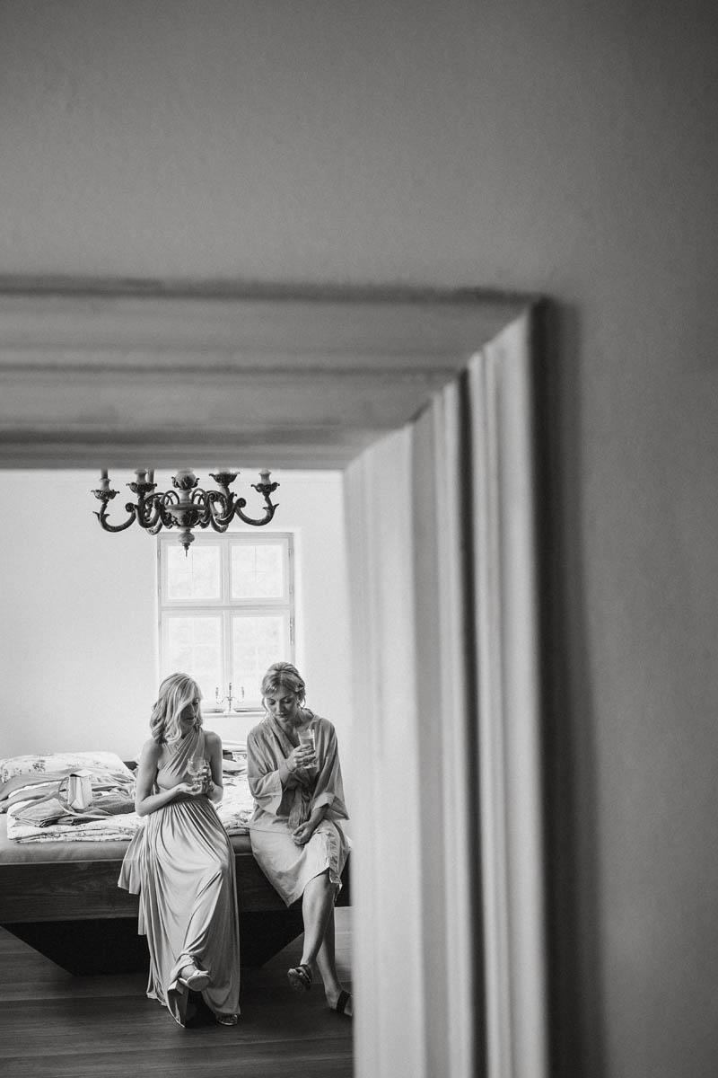 Braut und Trauzeugin trinken Champagner auf dem Bett | Raissa + Simon Fotografie
