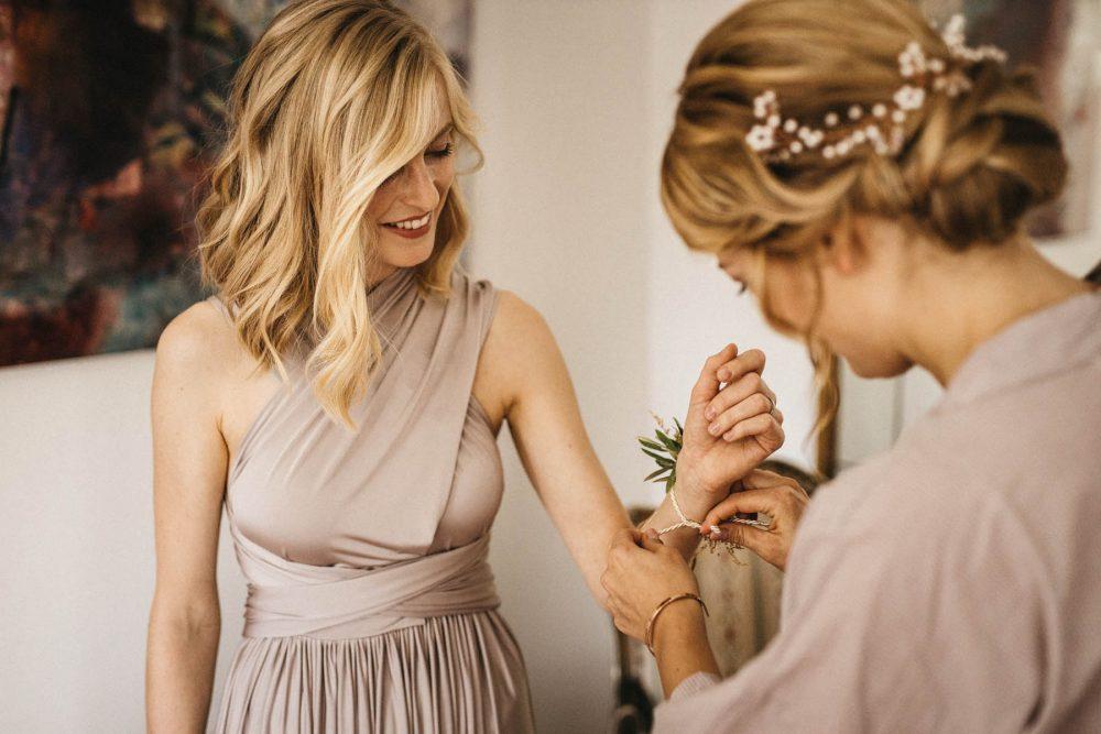 Getting ready mit Braut und Trauzeugin im Wasserschloss Kleinbardorf | Raissa + Simon Fotografie