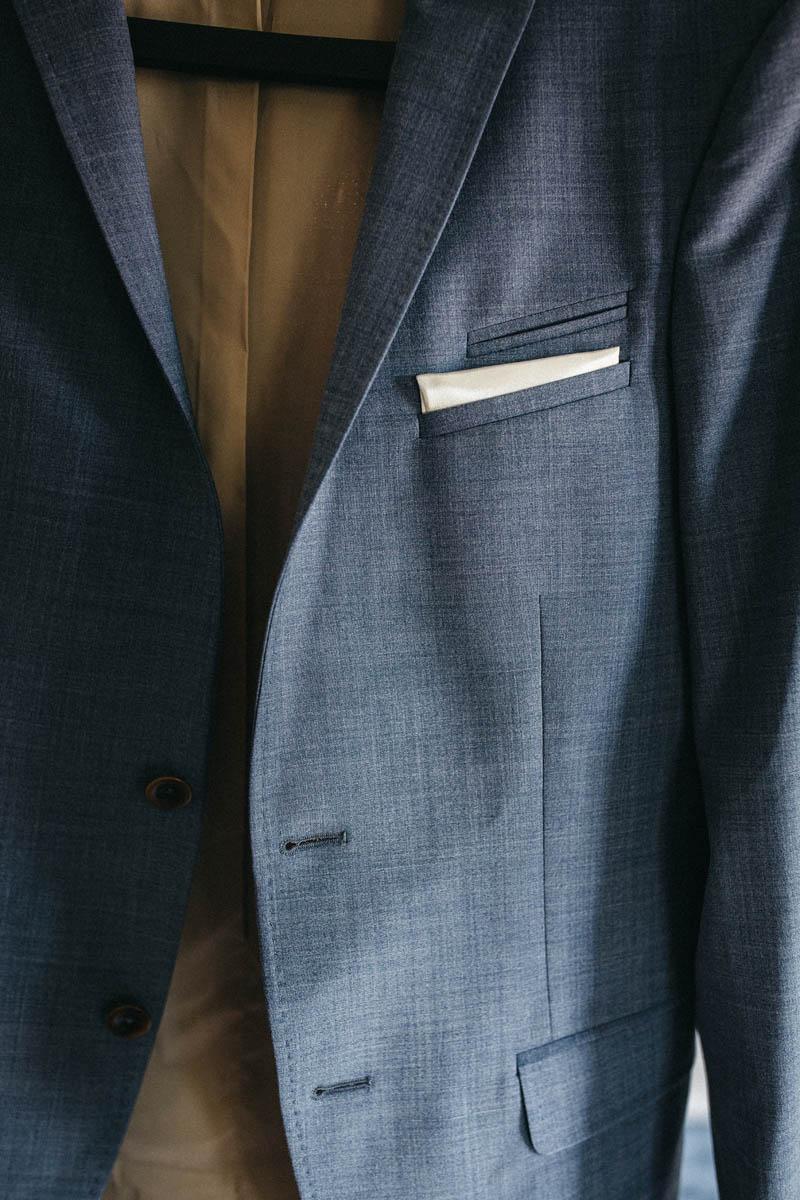 Schicker Anzug mit weißem Einstecktuch | Raissa + Simon Fotografie