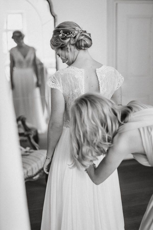 Braut und Trauzeuginnen beim Ankleiden. Brautkleid von White Silhouette Brautmode München | Raissa + Simon Fotografie