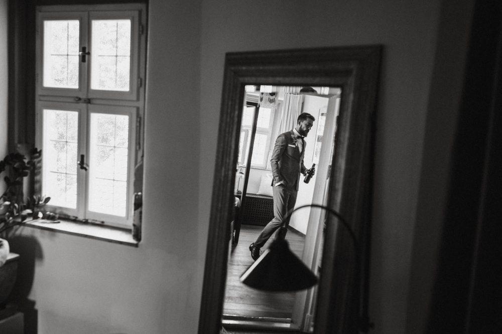 Bräutigam trinkt noch ein Bier | Raissa + Simon Fotografie