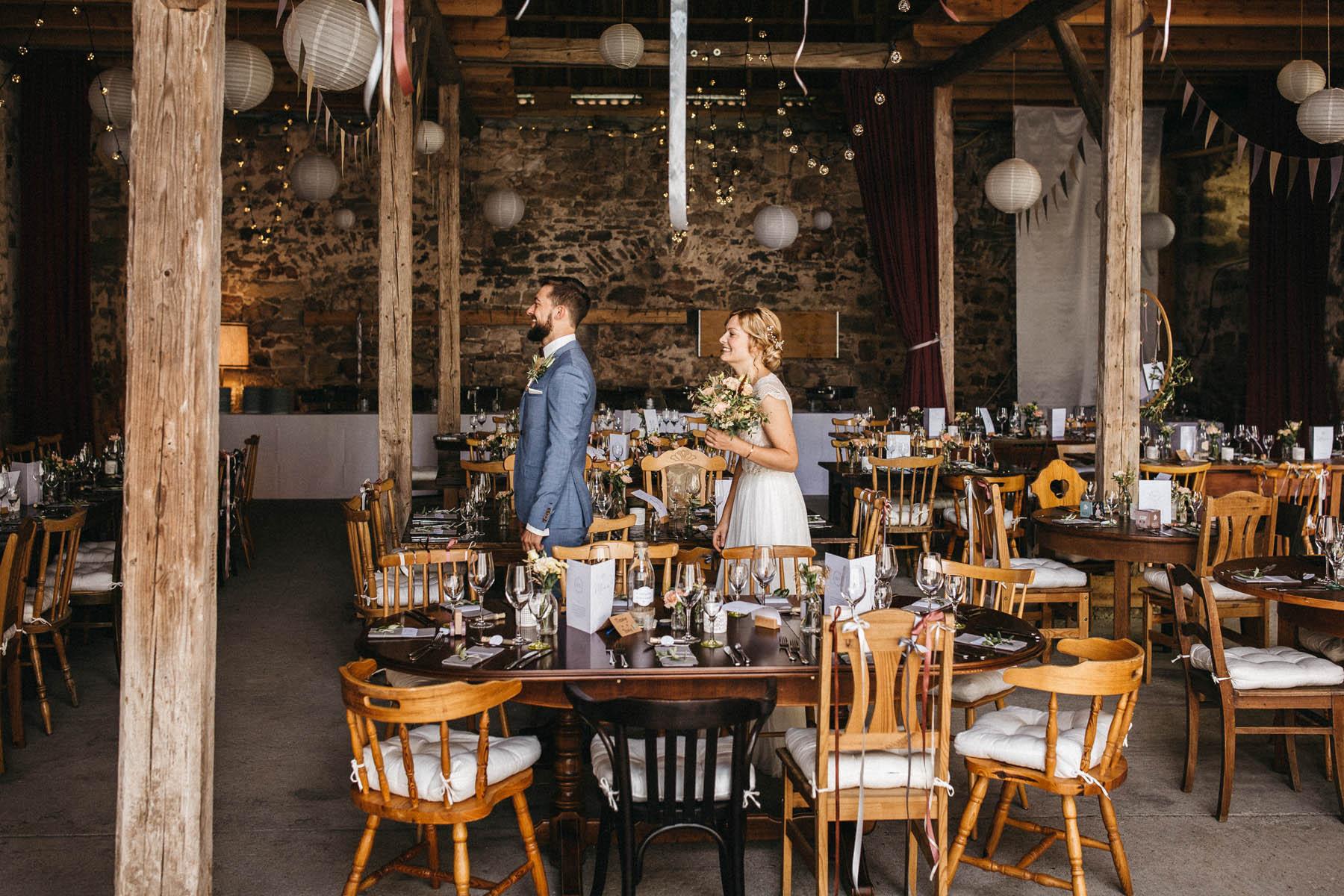 Brautpaar beim First Look in der Scheune des Wasserschloss Kleinbardorf | Raissa + Simon Fotografie
