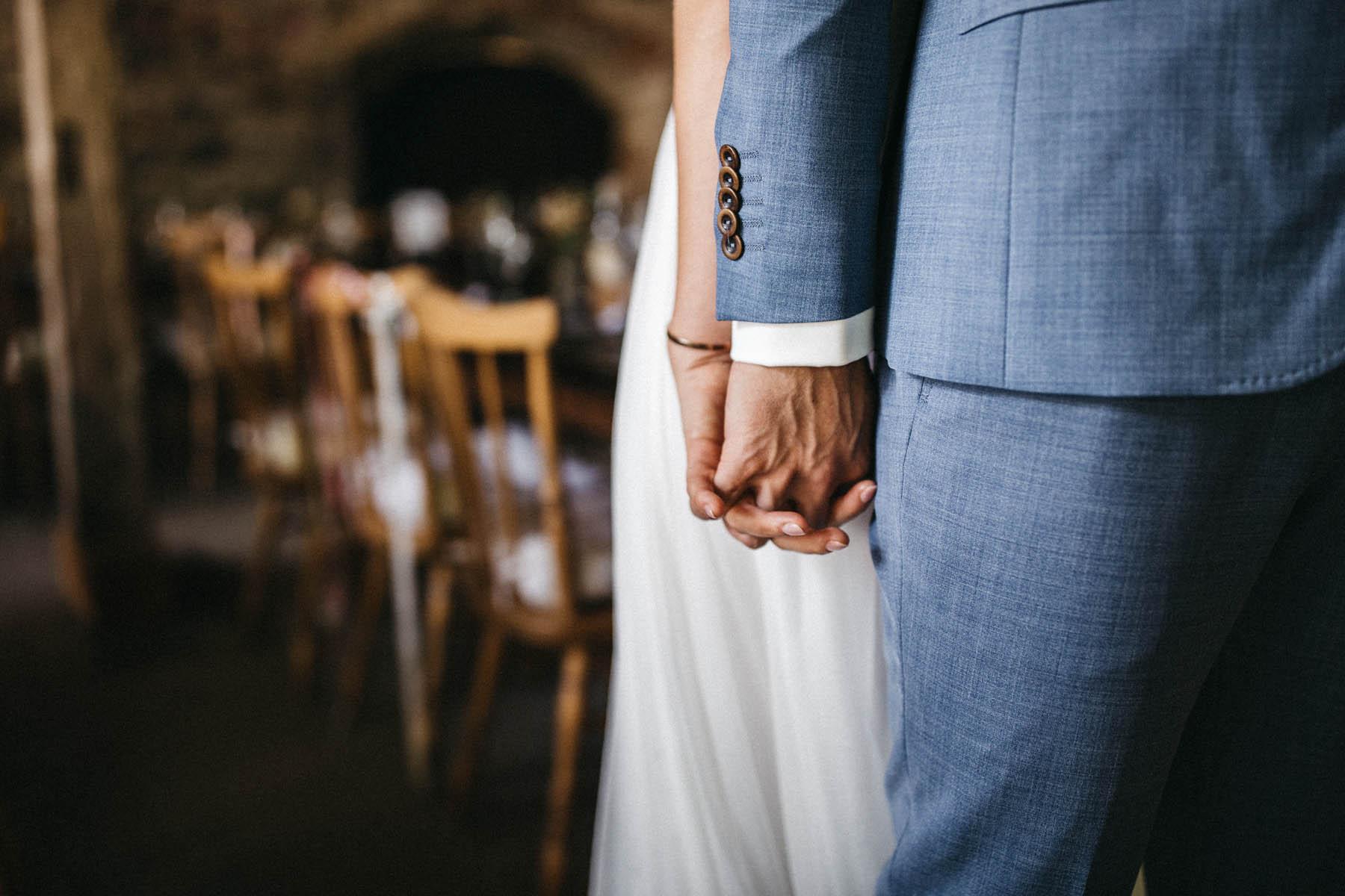Händchen halten beim First Look in der Scheune | Raissa + Simon Fotografie