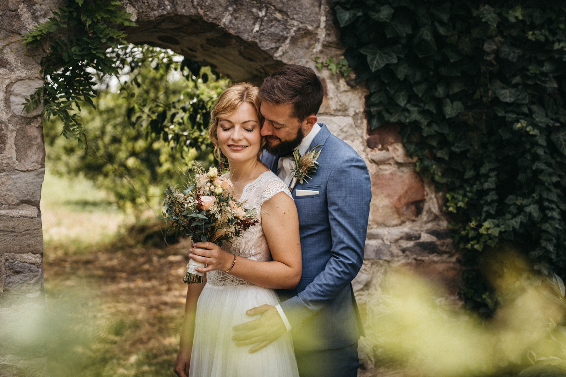 Brautpaar liebevoll im Garten des Wasserschloss Kleinbardorf | Raissa + Simon Fotografie