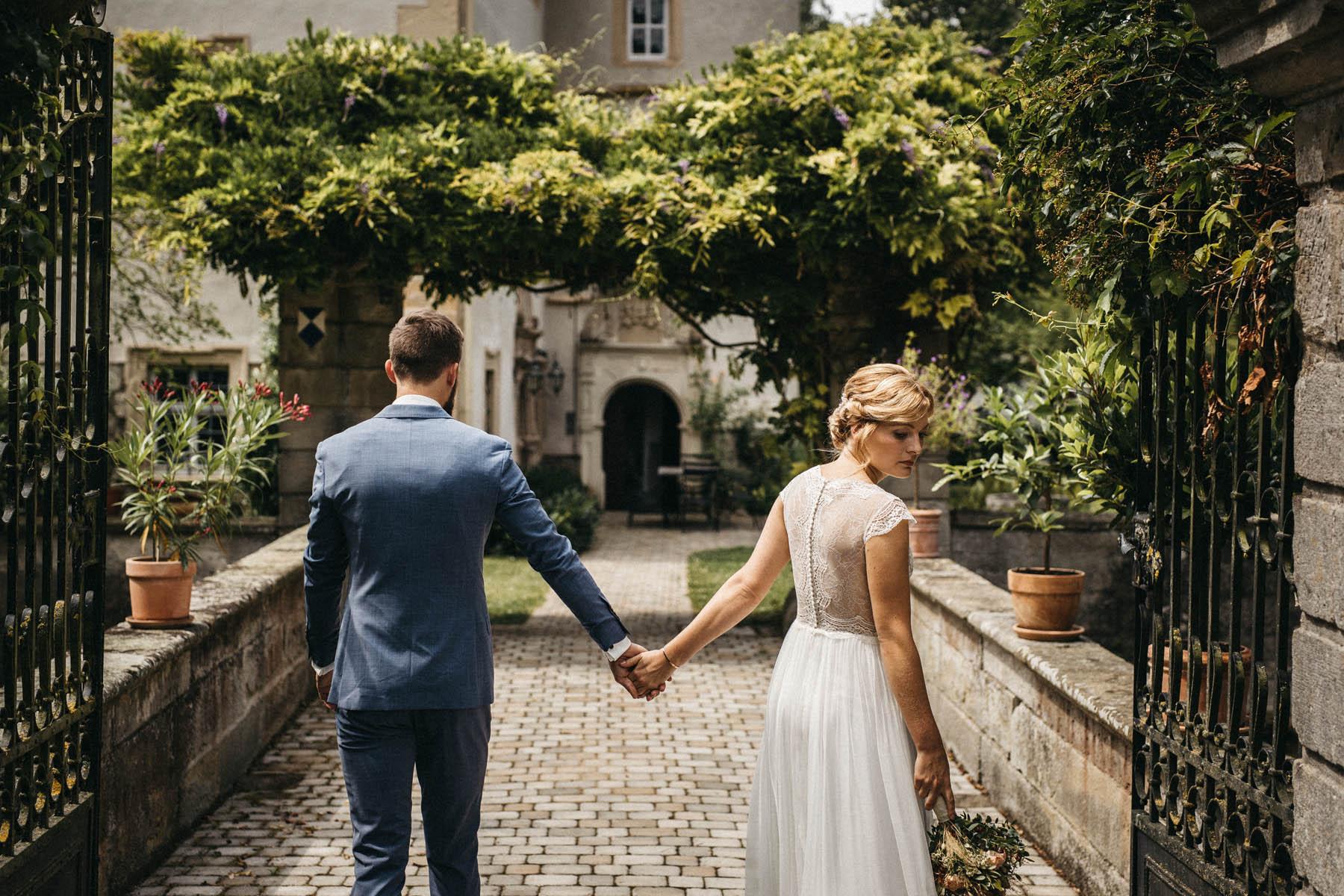 Hochzeitspaar vor dem Wasserschloss Kleinbardorf in Unterfranken | Raissa + Simon Fotografie
