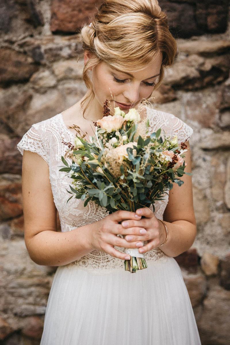 Boho, vintage Braut mit Blumenstrauß | Raissa + Simon Fotografie