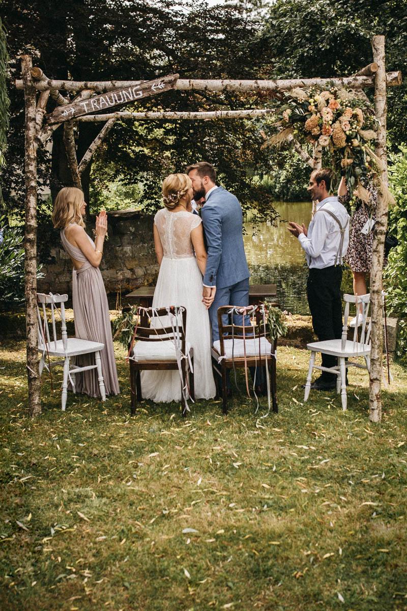 Der leidenschaftliche Kuss bei der Trauung unter freiem Himmel | Raissa + Simon Fotografie