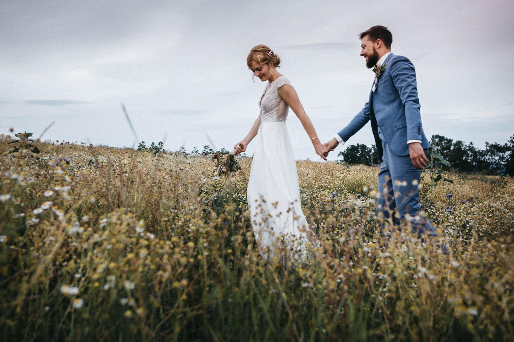 Brautpaar in einer Blumenwiese auf der Röhn in Unterfranken | Raissa + Simon Fotografie