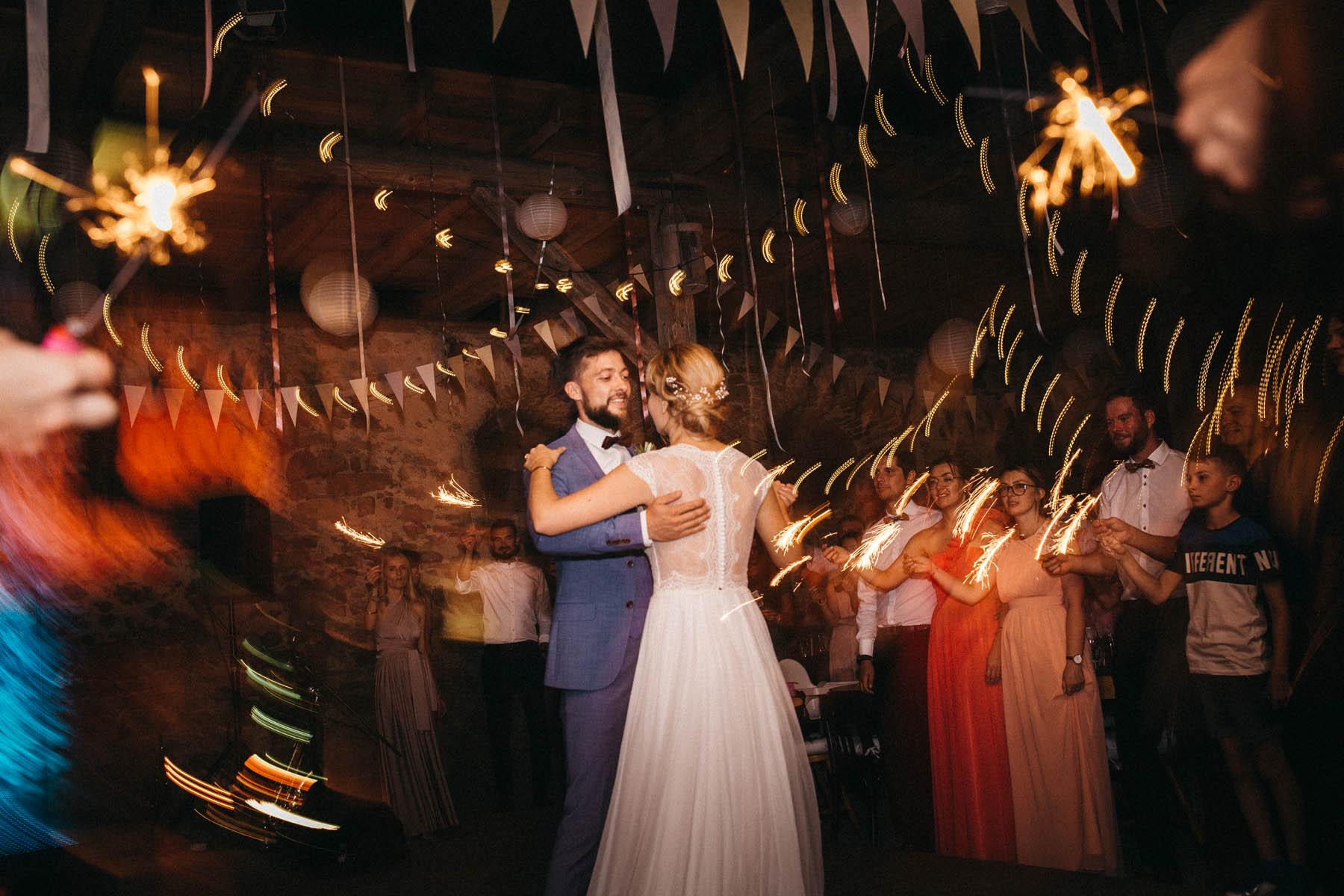 Hochzeitstanz in der Scheune des Wasserschloss Kleinbardorf in Unterfranken | Raissa + Simon Fotografie