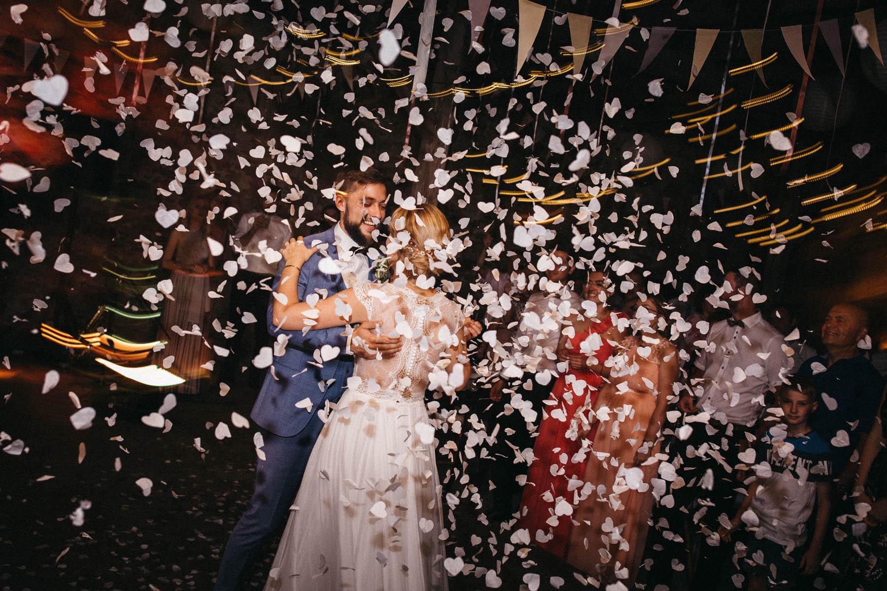 Brautpaar tanzt in der Scheune des Wasserschloss Kleinbardorf in Unterfranken | Raissa + Simon Fotografie