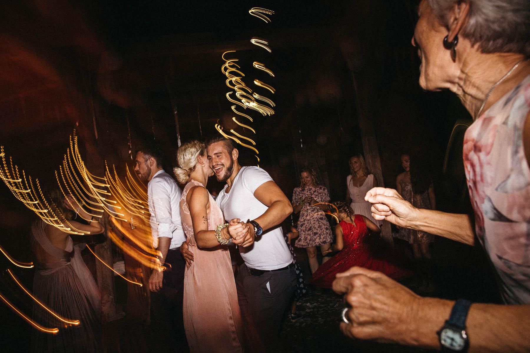 Party time in der Scheune des Wasserschloss Kleinbardorf in Unterfranken | Raissa + Simon Fotografie