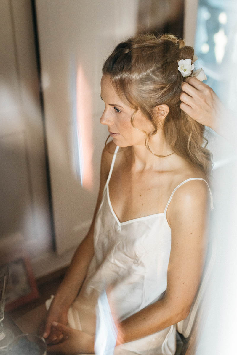 Braut beim Getting Ready am Starnberger See | Raissa + Simon Fotografie
