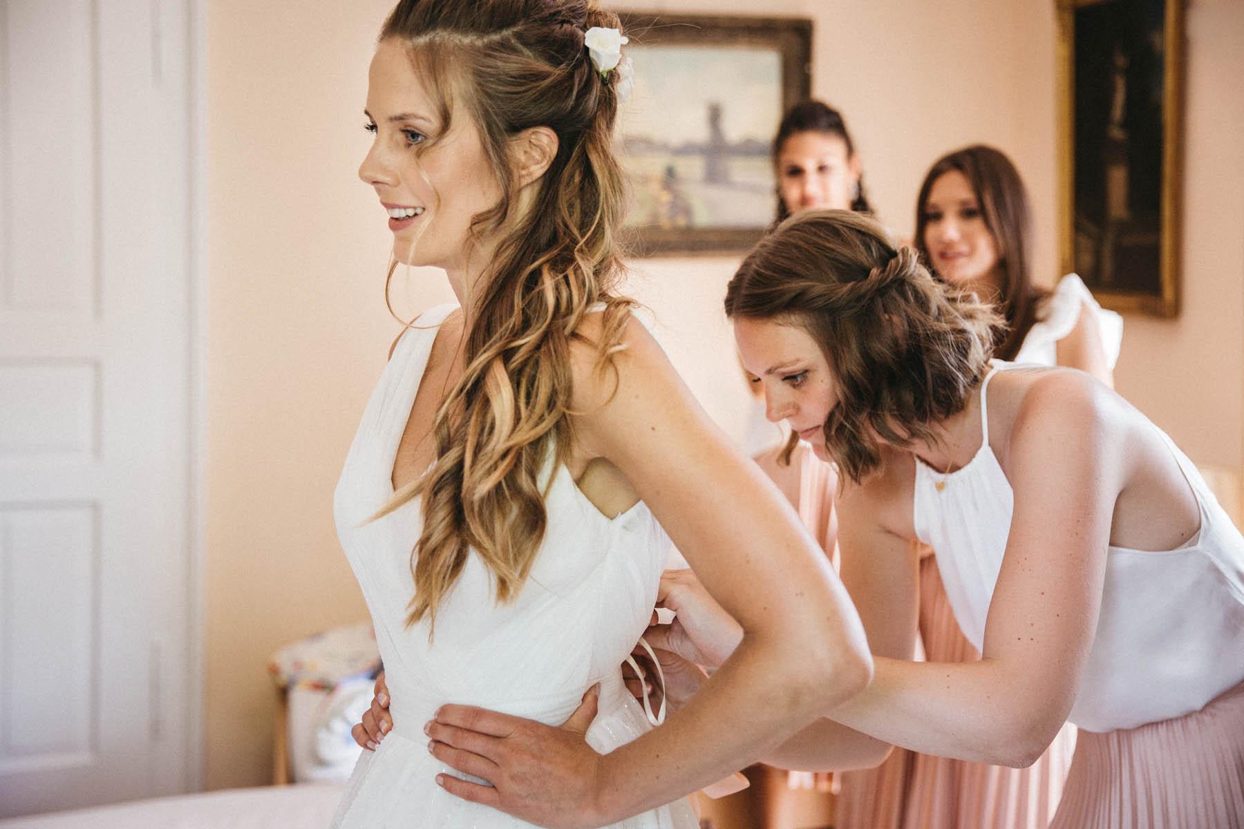 Braut und Trauzeuginnen beim Ankleiden | Raissa + Simon Fotografie