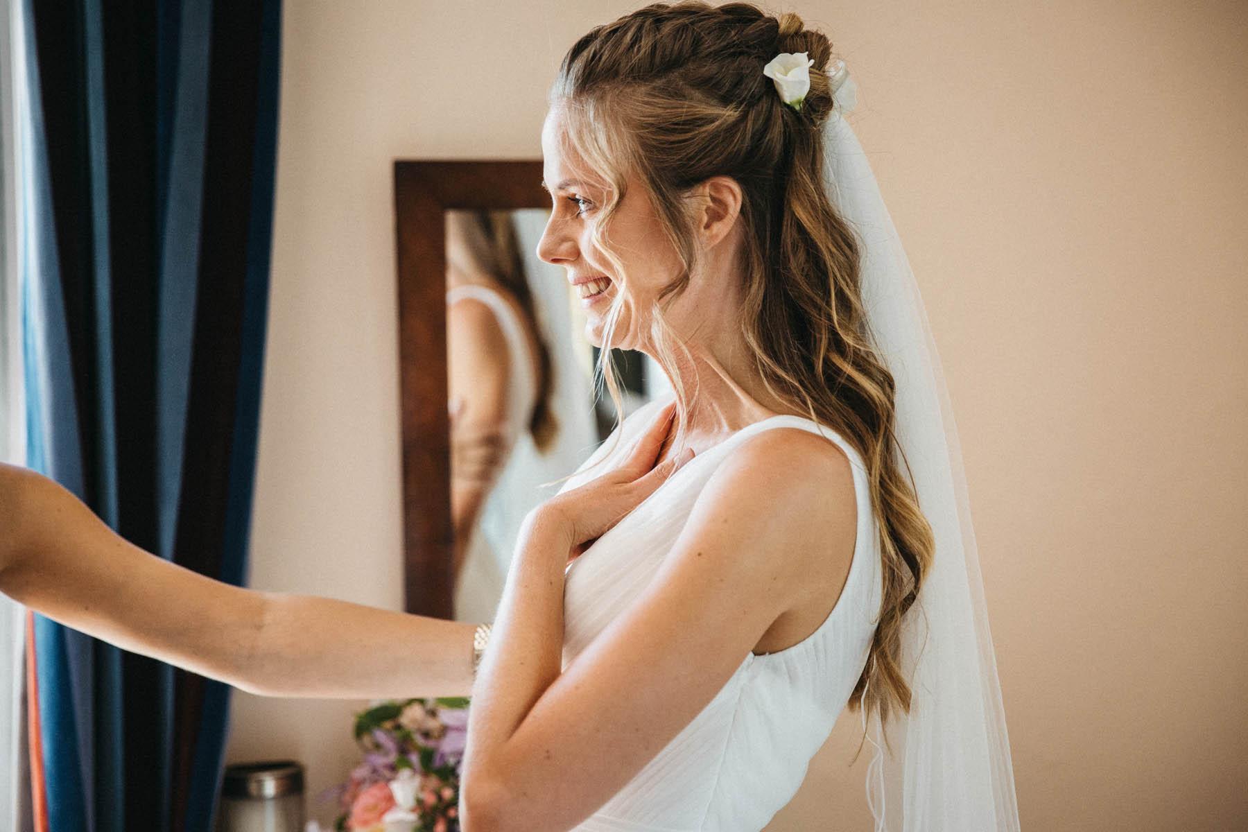 Braut mit Tränen in den Augen beim Getting Ready | Raissa + Simon Fotografie