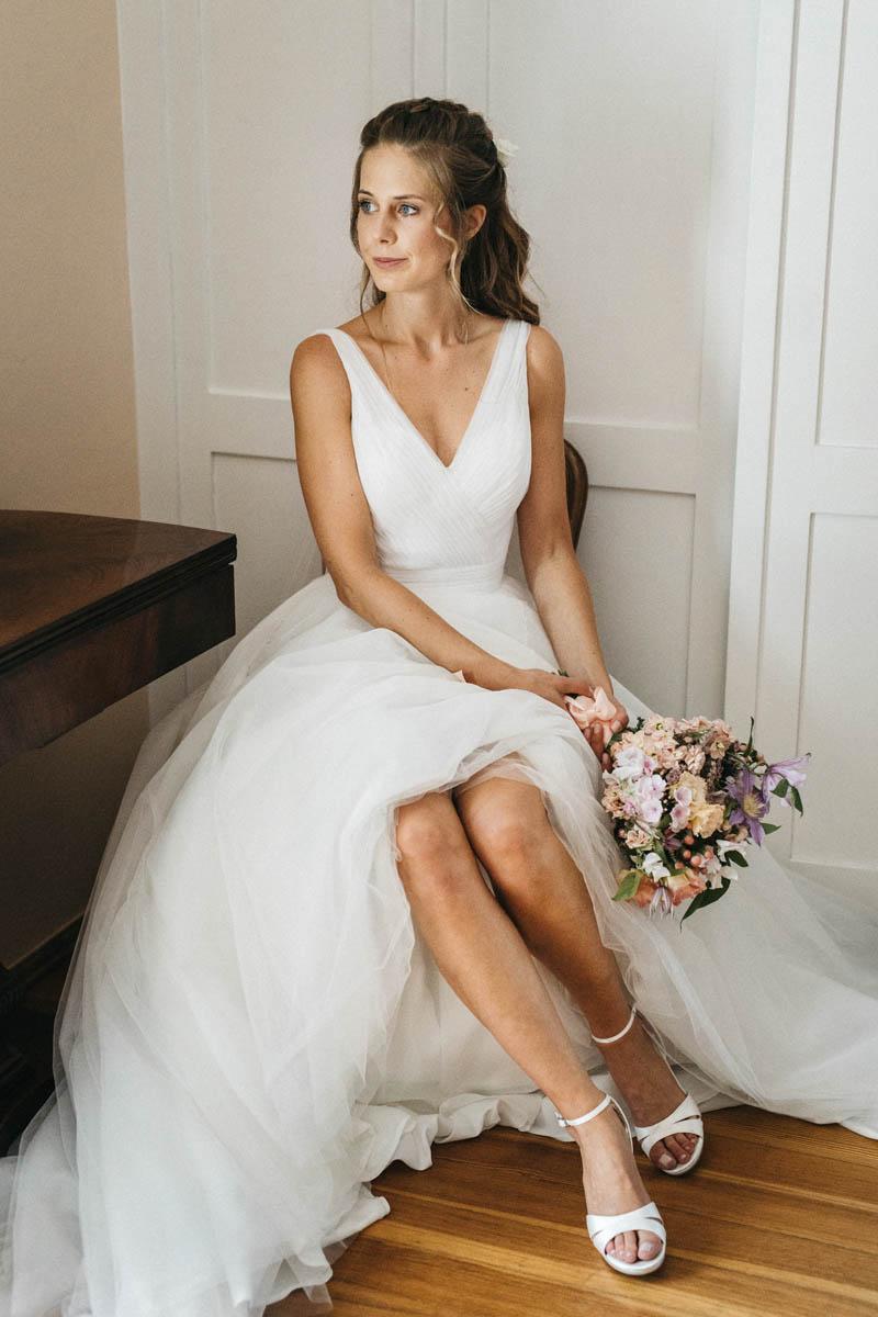 Wunderschöne Braut im Vintage-Kleid mit Blumenstrauß | Raissa + Simon Fotografie