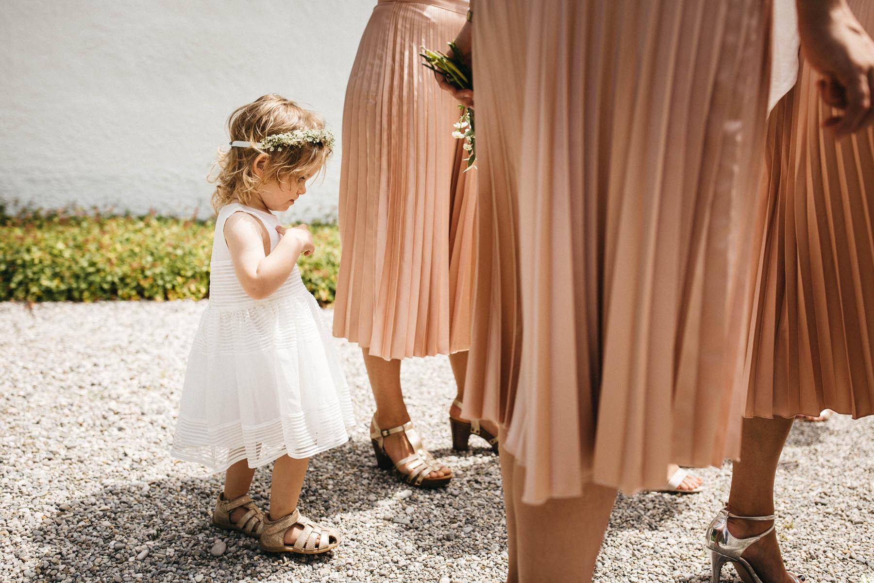 Süßes Blumenkind bei Hochzeit am Starnberger See | Raissa + Simon Fotografie
