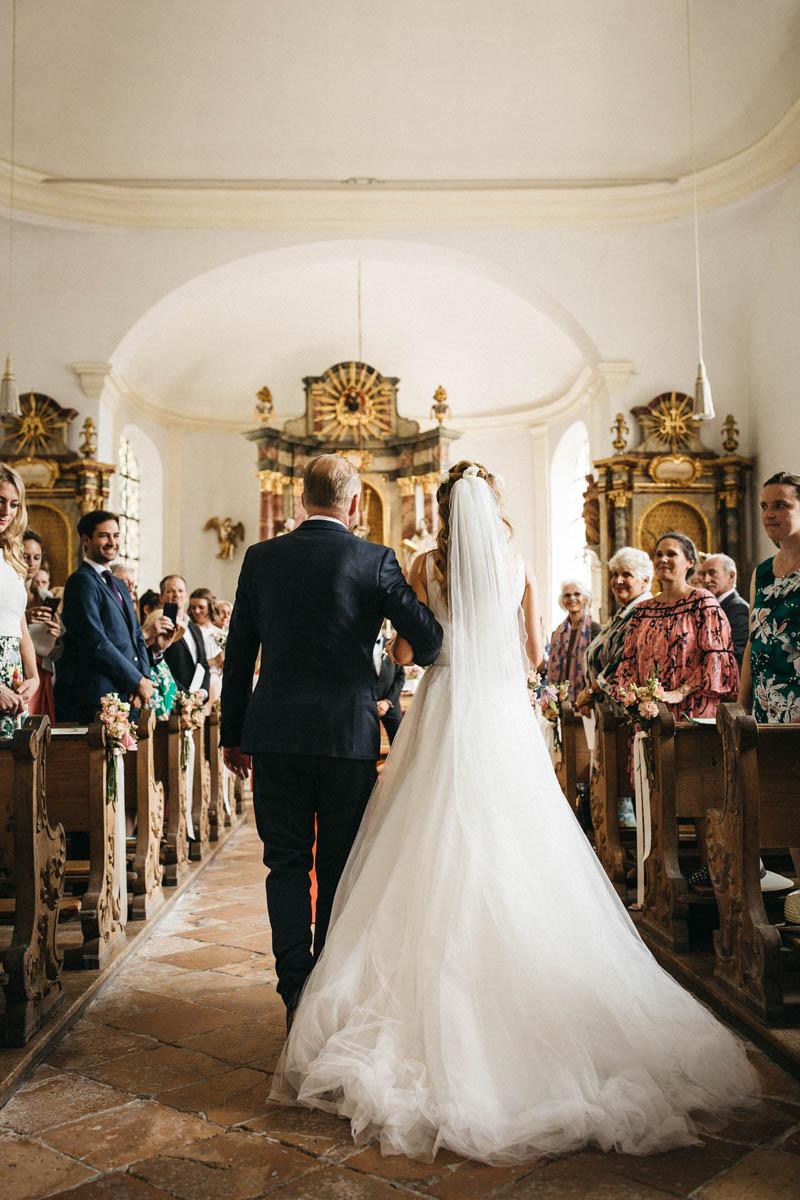 Kircheneinzug bei der Hochzeit in der St. Peter und Paul Kirche in Tutzing | Raissa + Simon Fotografie