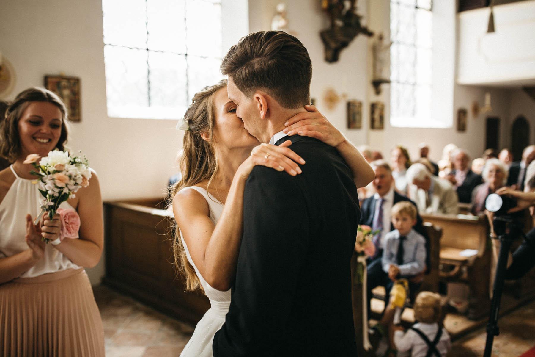Inniger, erster Kuss in der St. Peter und Paul Kirche am Starnberger See | Raissa + Simon Fotografie