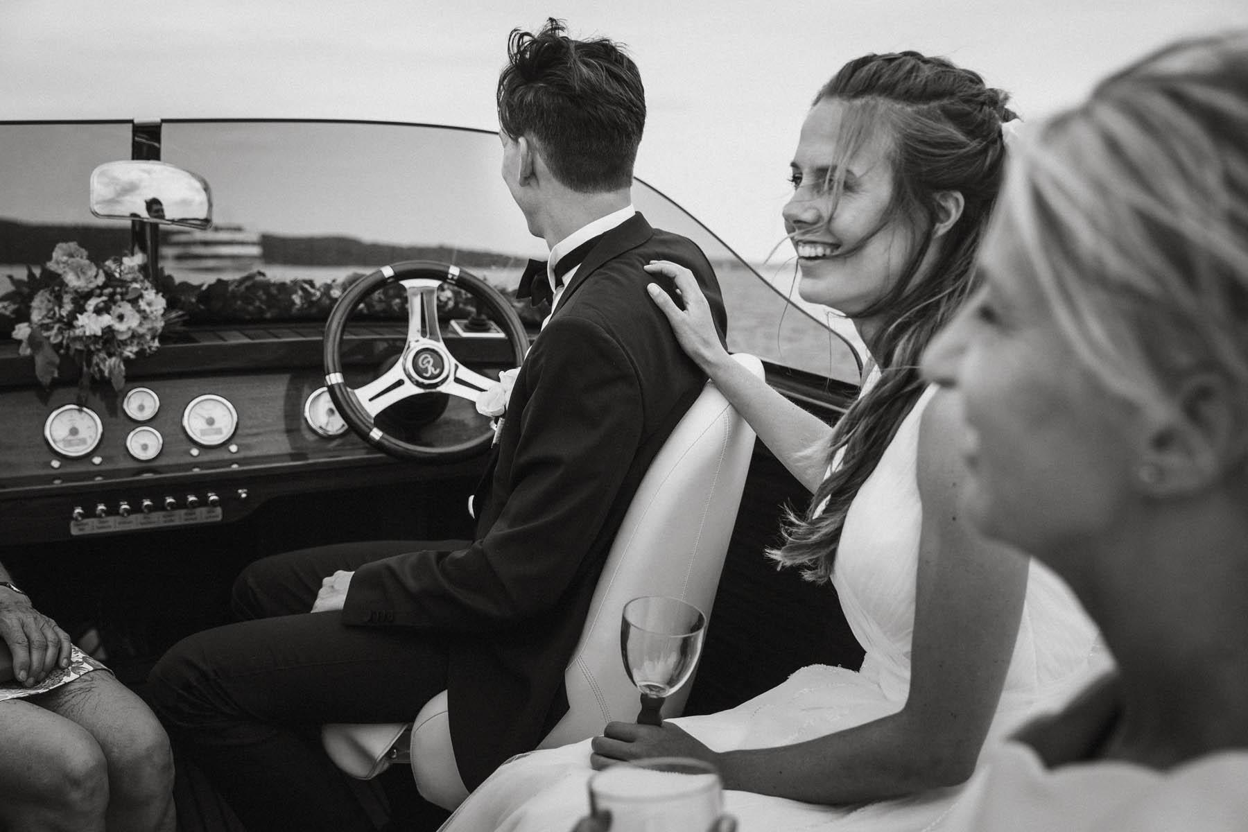 Hochzeitspaar und Familie auf einem Sportboot auf dem Starnberger See | Raissa + Simon Fotografie