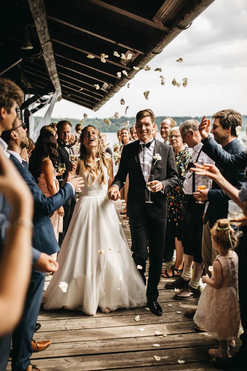 Brautpaar wird freudig an der La Villa am Starnberger See empfangen | Raissa + Simon Fotografie