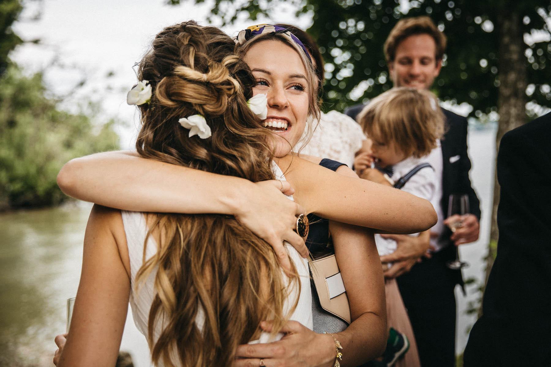 Gratulationen für das Brautpaar am Steg der La Villa am Starnberger See | Raissa + Simon Fotografie