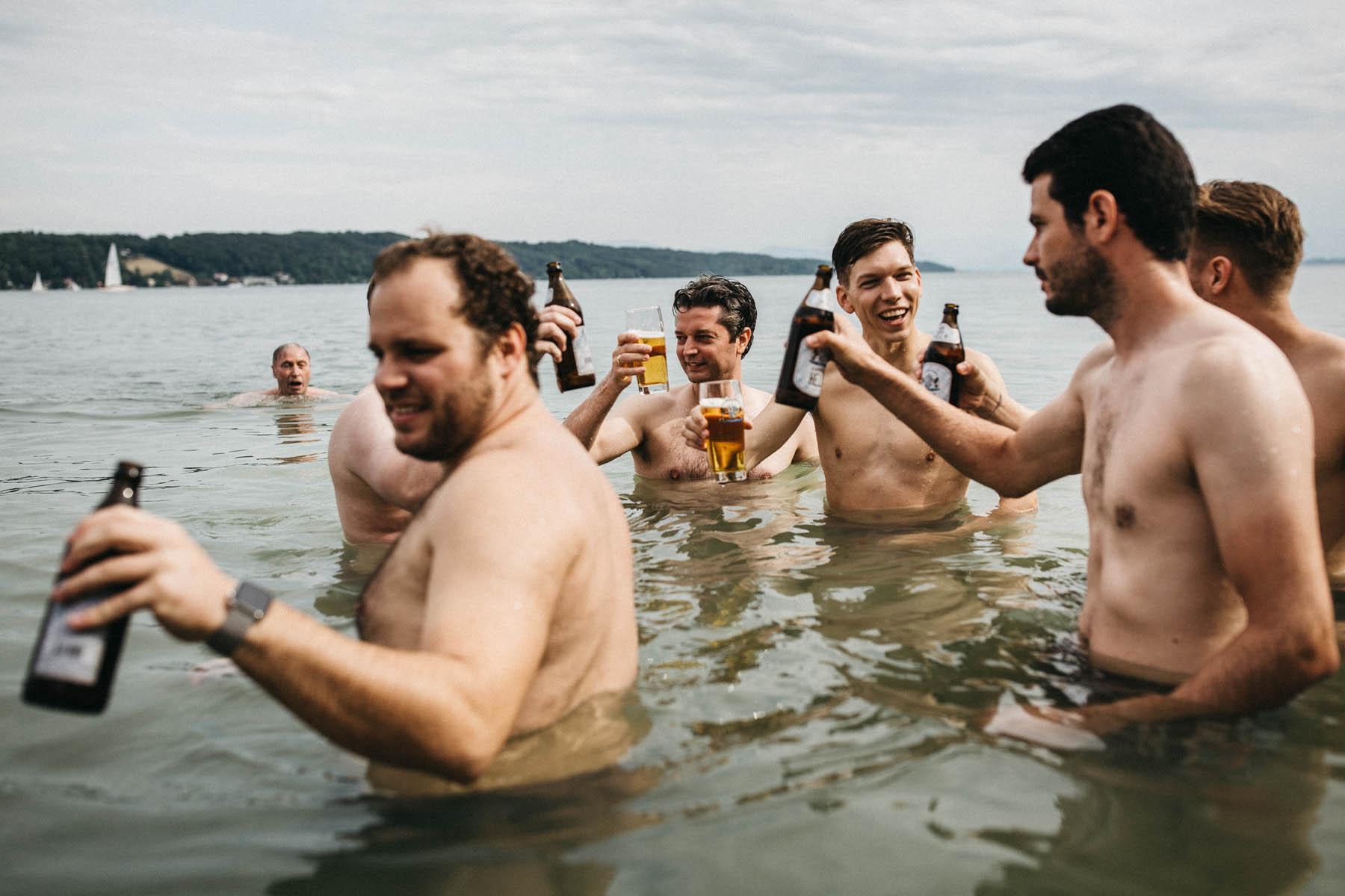 Hochzeitsgesellschaft badet und trinkt Bier im Starnberger See | Raissa + Simon Fotografie