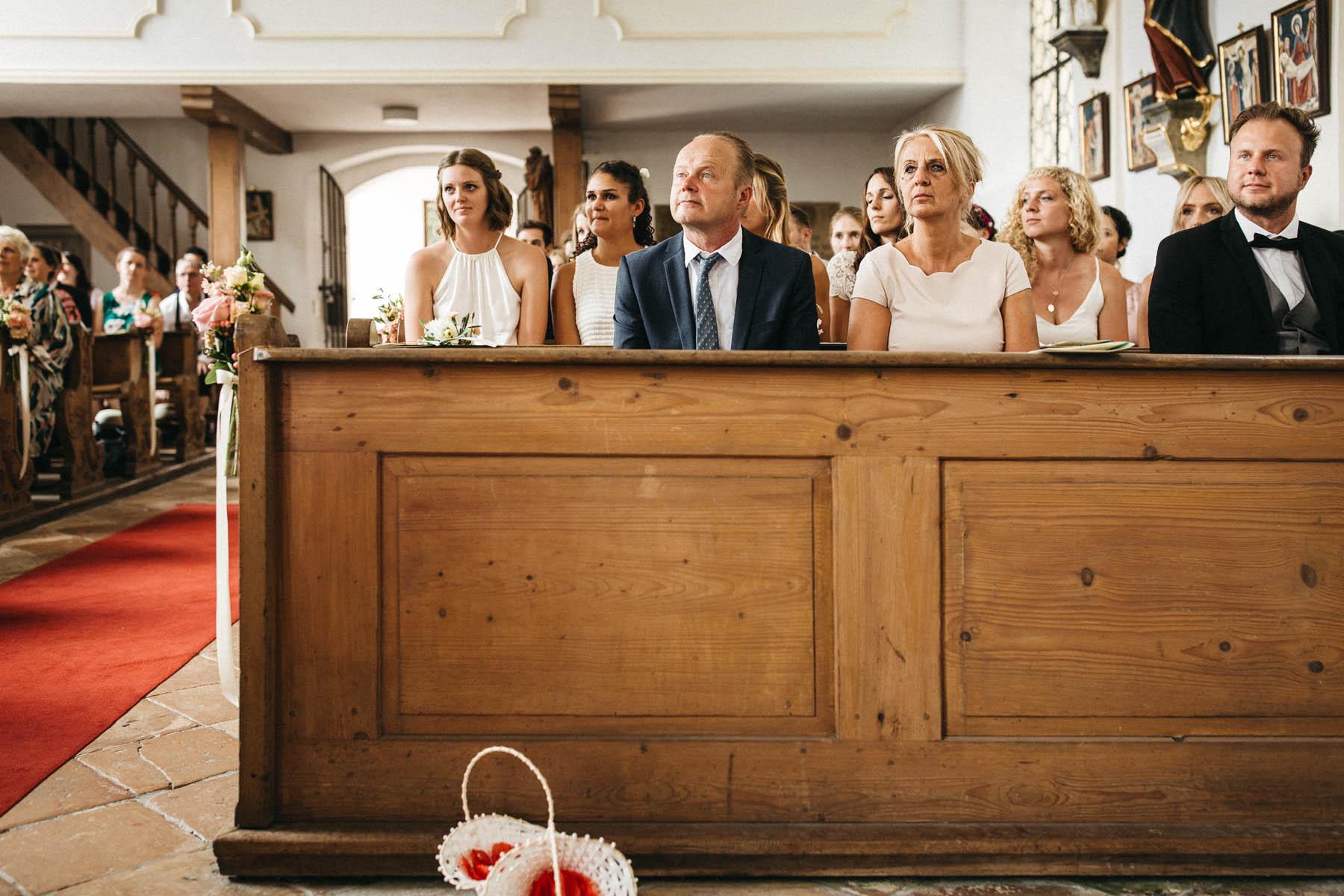 Gerührte Brauteltern in der St. Peter und Paul Kirche am Starnberger See | Raissa + Simon Fotografie