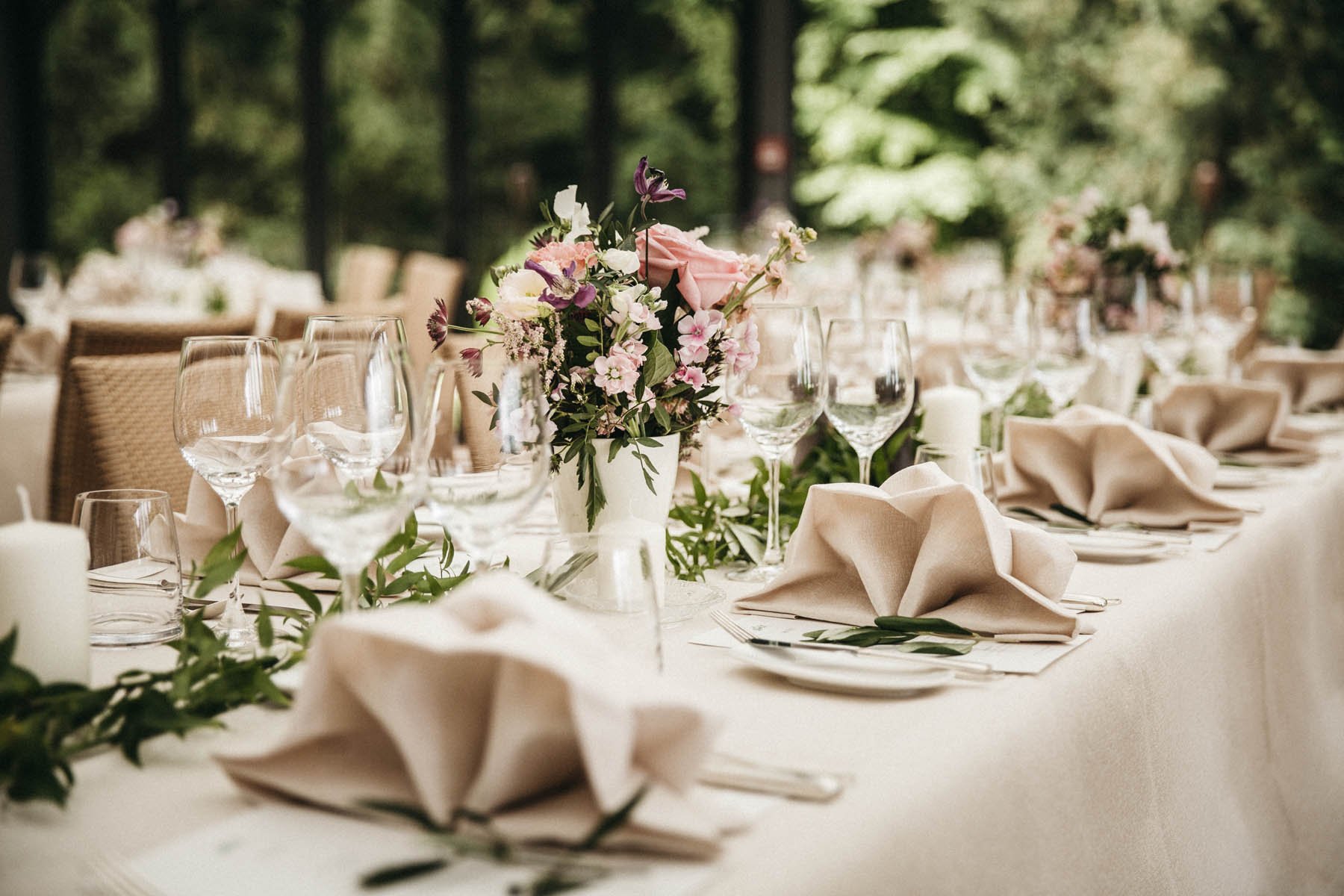 Greenery, vintage Hochzeitsdeko von Classy Flowers in der La Villa | Raissa + Simon Fotografie