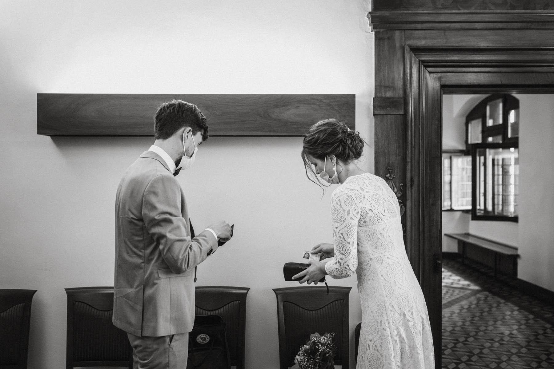 raissa simon fotografie elopement freiburg standesamt 008 - Julia + Tobias