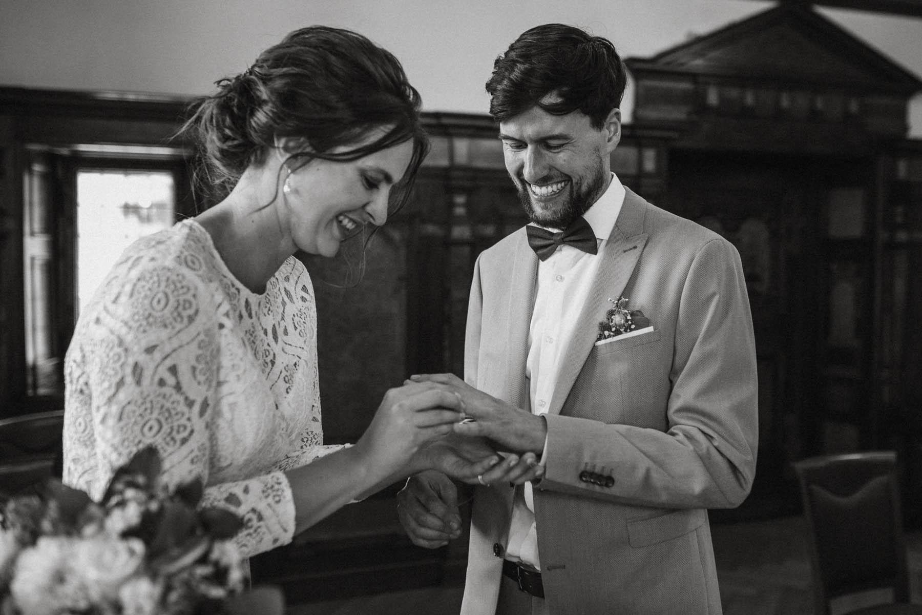 raissa simon fotografie elopement freiburg standesamt 014 - Julia + Tobias