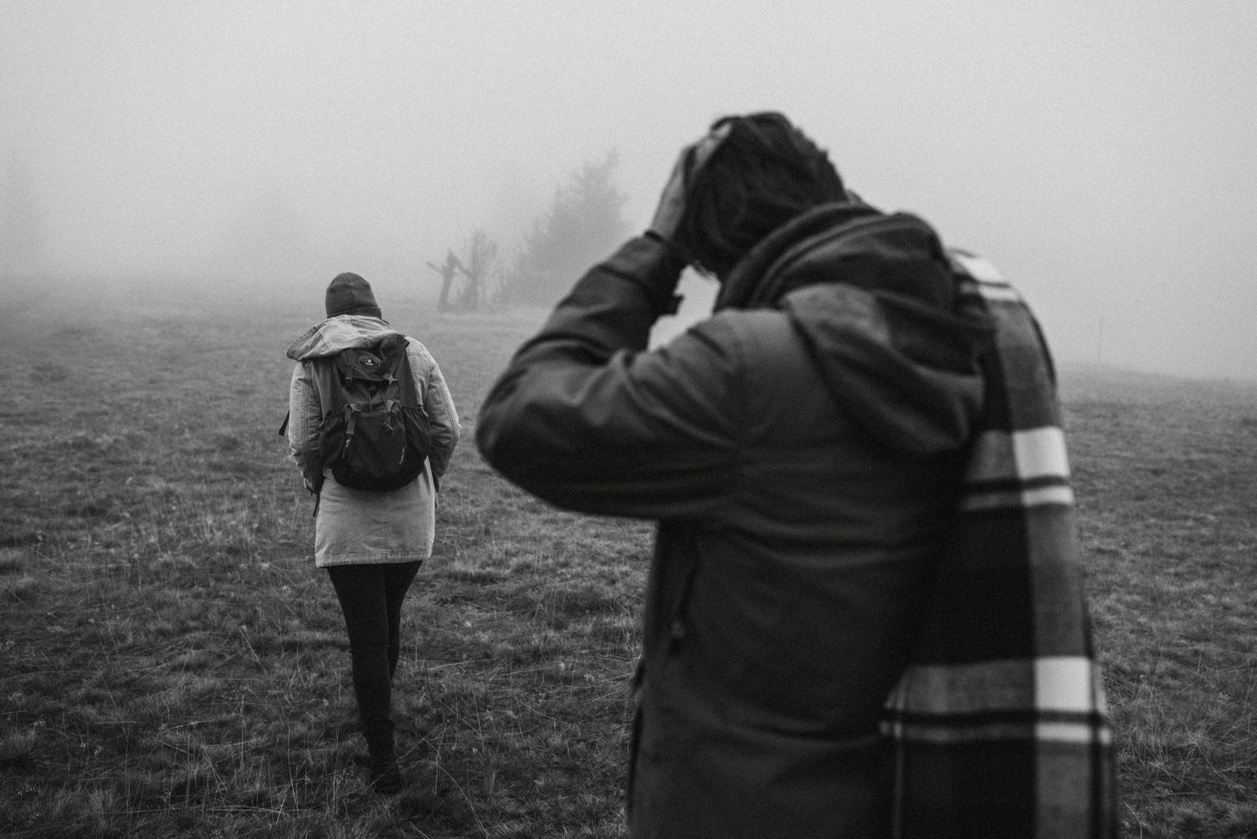 raissa simon fotografie paarshooting herbst nebel kandel schwarzwald 001 - Isabell + Jan