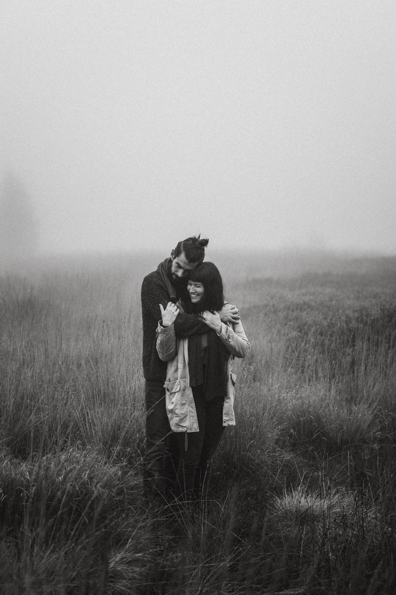raissa simon fotografie paarshooting herbst nebel kandel schwarzwald 009 - Isabell + Jan