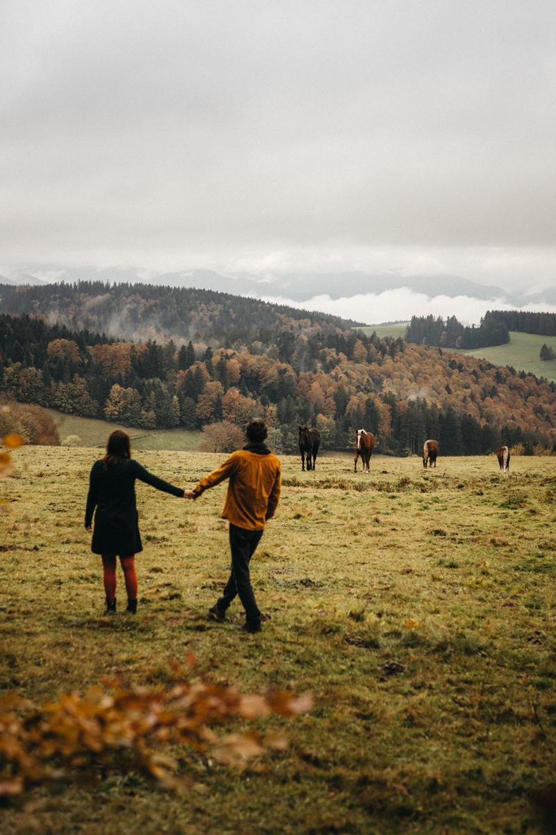 raissa simon fotografie paarshooting herbst nebel kandel schwarzwald 031 - Isabell + Jan