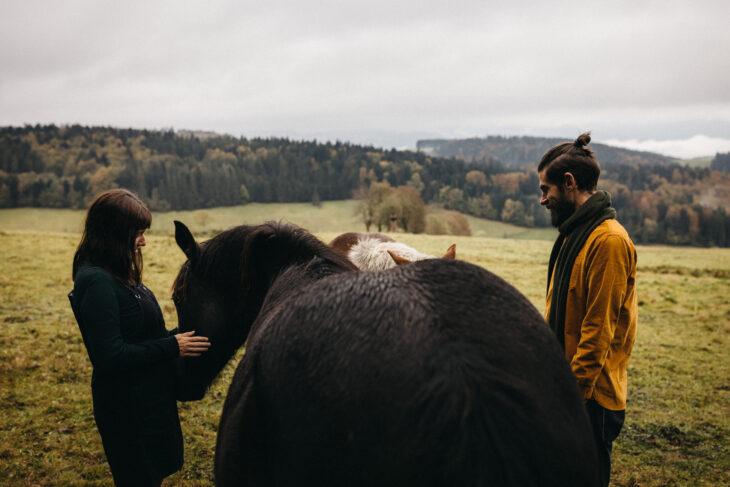 raissa simon fotografie paarshooting herbst nebel kandel schwarzwald 036 - Isabell + Jan