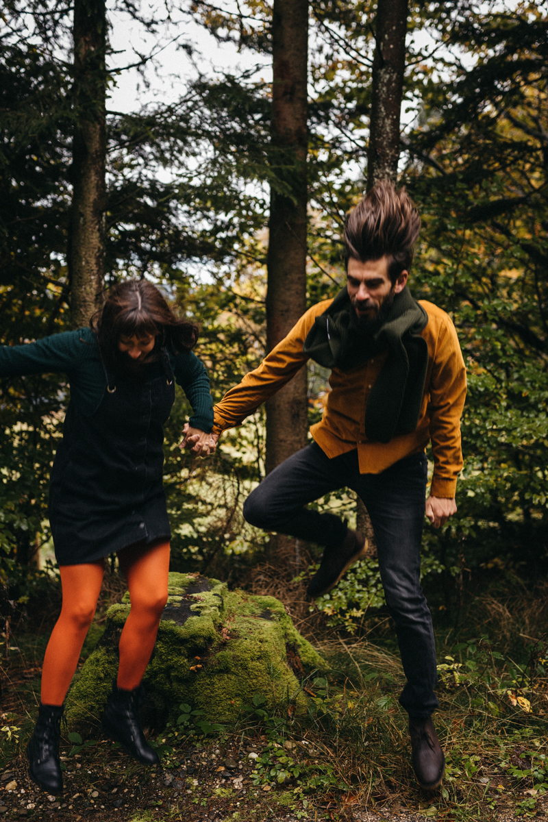 raissa simon fotografie paarshooting herbst nebel kandel schwarzwald 039 - Isabell + Jan